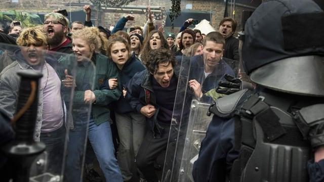 Antifa-Aktivisten und Polizisten treffen in einem unübersichtlichen Handgemenge aufeinander.