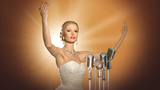 Die Darstellerin von «Evita» vor Mikrofonen