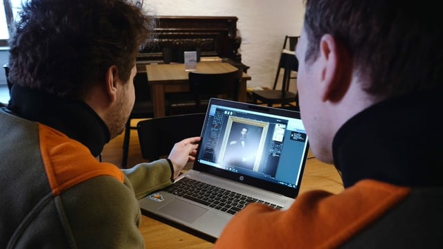 Mitarbeiter des Zivilschutzes erfassen auf dem Computer die Kunstobjekte im Schloss Heidegg.