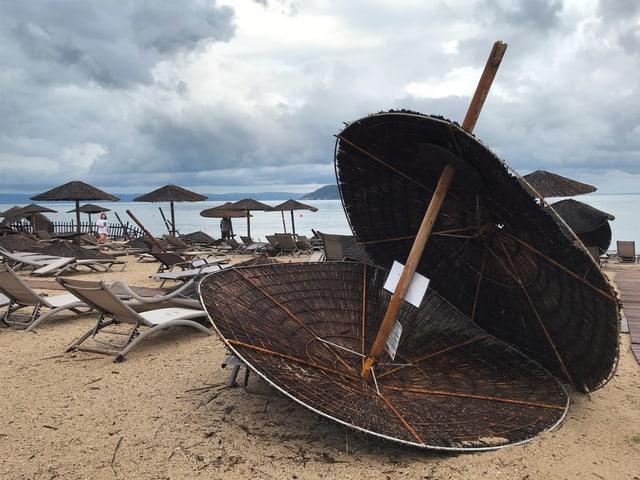 Umgestürzter Sonnenschirm