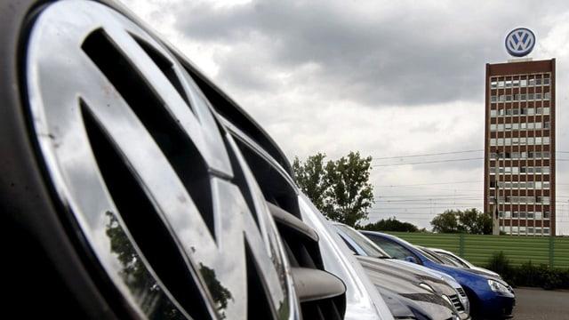 autos da VW, davostiers il bajetg cun il logo da VW