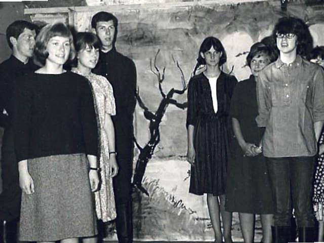 Jugendliche stehen auf einer Bühne.