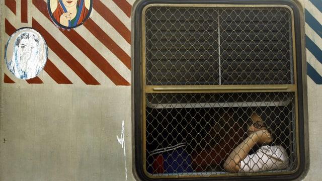 Eine Inderin sitzt in einem Bus und schaut aus dem Fenster. (reuters)