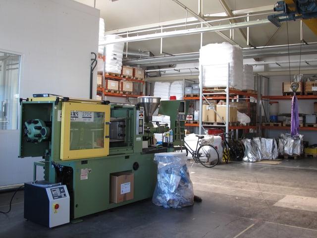 Blick in die Werkhalle mit Regalen und technischem Gerät