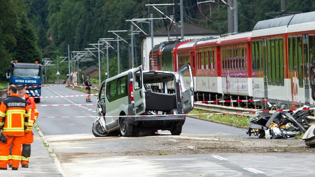 Unfallauto neben Bahnübergang