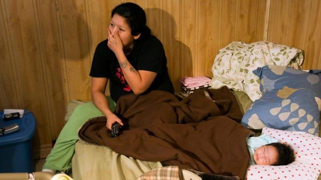 eine Frau lebt mit ihrem Baby auf kleinstem Raum