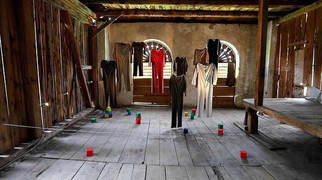 Vista sin in'installaziun cun costums da teater.