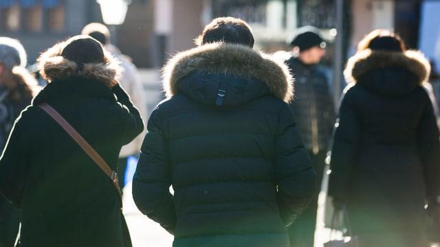 Leute mit einer Jacke mit einem Pelzkragen.