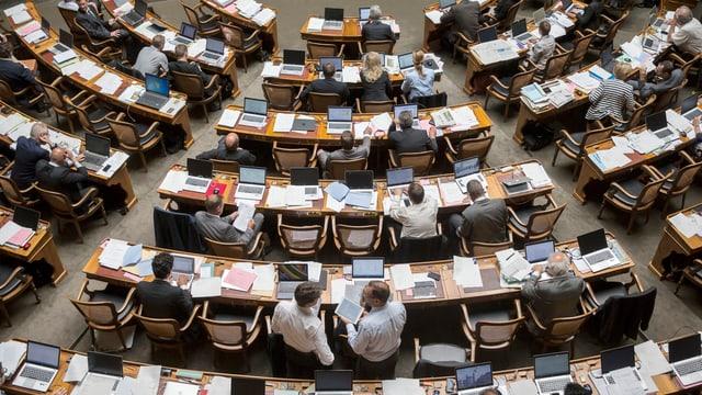 Parlamentarier im Nationalrats-Saal vor ihren Laptops.