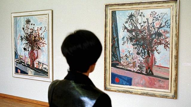 Frau betrachtet ein Bild im Museum