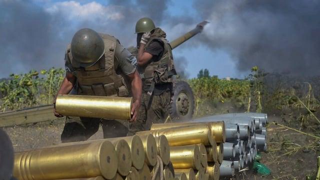 Ukrainisches Soldaten und ein Panzer.