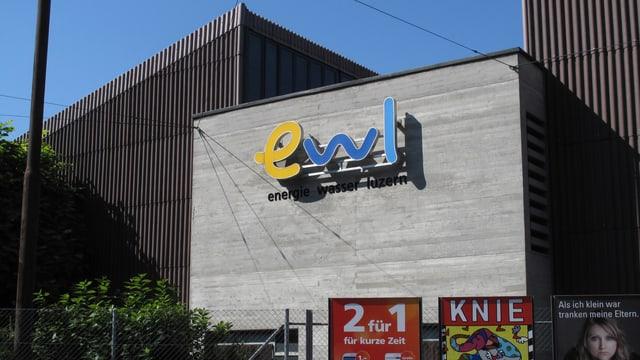 Gebäude mit Firmenlogo.