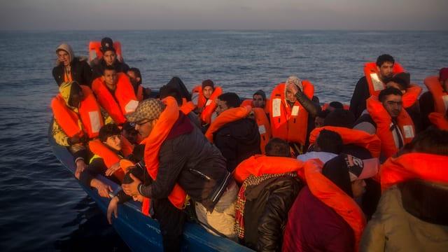 Flüchtlinge in einem Rettungsboot.