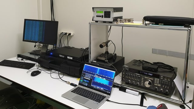 Computerstation für Satellitenforschung