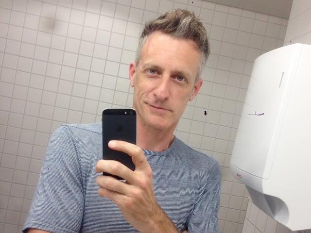 Lucius Müller vor einem Spiegel.