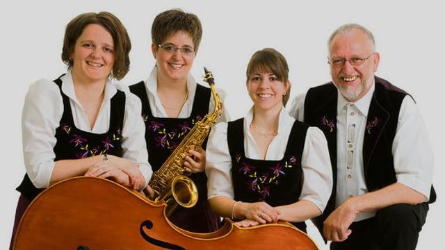 Eine Musikformation mit drei Frauen und einem Mann.