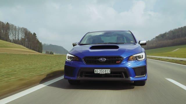 Subaru WRX STi auf der Strasse.