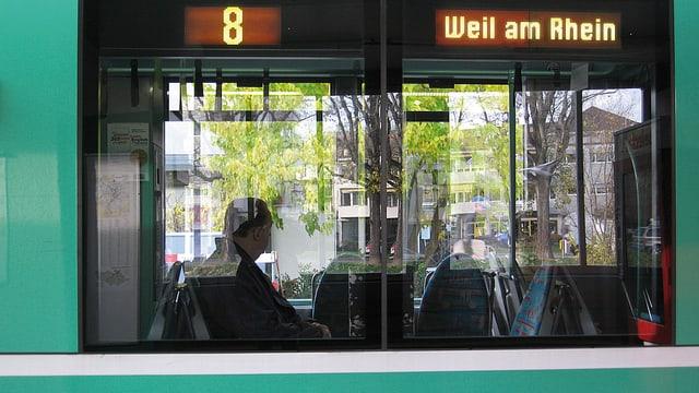 Ausschnitt eines 8er-Trams mit der Aufschrift Weil am Rhein.
