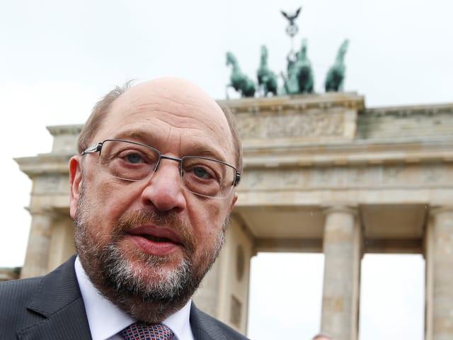 Martin Schulz (SPD) in Porträtaufnahme vor dem Bandenburger Tor