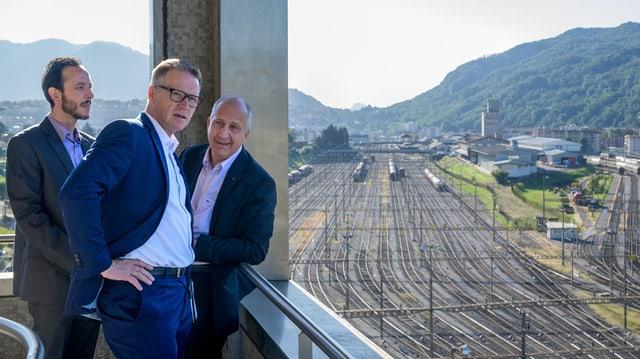 CEO da las Viafiers federalas Andreas Meyer (amez) cun chef regiunal e coordinatur VFF a la staziun a Chiasso.