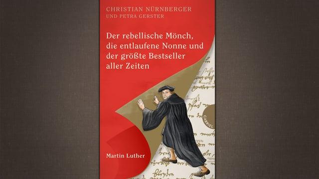Luther ist auf dem Buchcover. Er schlägt eine Buchseite um.