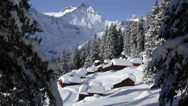 Ein Blick auf verschneite Heuhütten auf der Bischofsalp