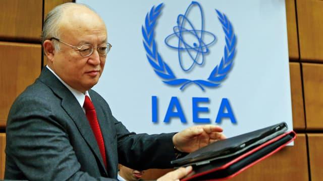 IAEA-Chef Yukiya Amano mit Dokumenten