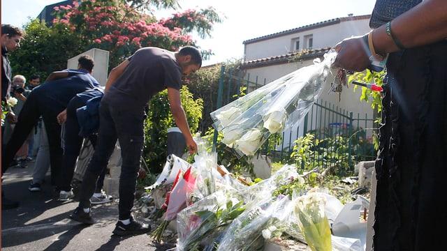 Mann legt Blumen nieder