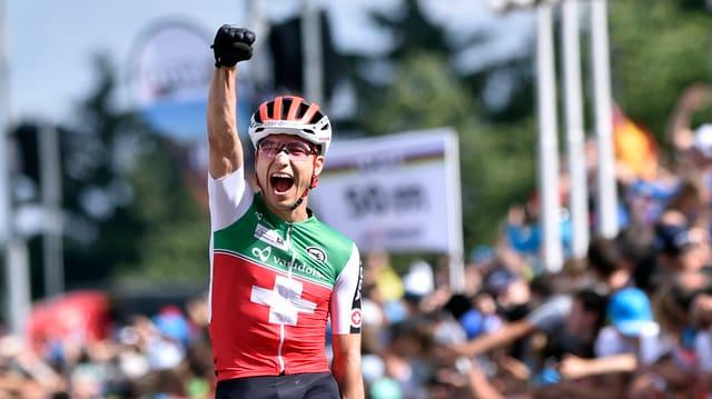 Nino Schurter tegna sin las spatlas ses bike.