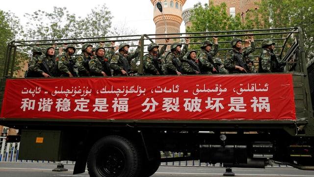 Ein Lastwagen voll bewaffneter Polizisten