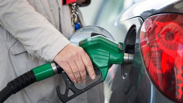 Tankrüssel im automobilen Einfüllstutzen.