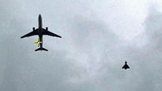 Blick in den Himmel: Abfangjäger neben der Passagiermaschine