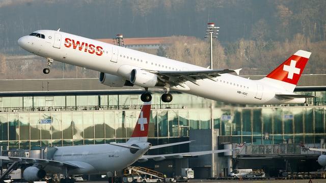Ein Swiss-Flieger hebt am Flughafen Zürich ab.
