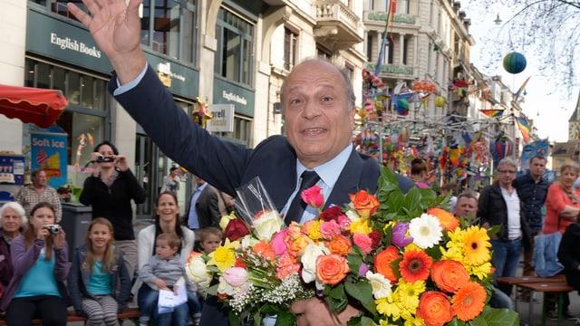 Stadtrat Filippo Leutenegger am Sechseläuten mit einem grossen Blumenstrauss