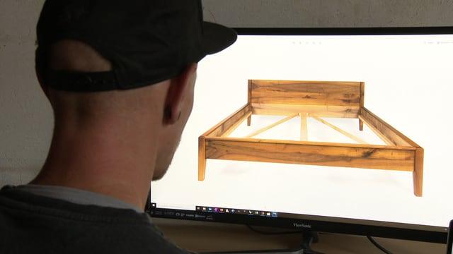 Mann am Computerbildschirm.