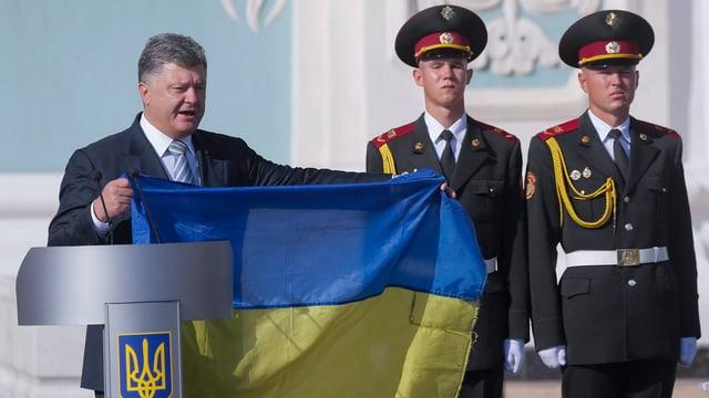 Der ukrainische Präsident Petro Poroshenko mit einer Ukraine-Flagge.