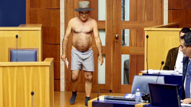 Nur mit einer Unterhose und Socken bekleidet hat José Manuel Coelho den Plenarsaal verlassen.
