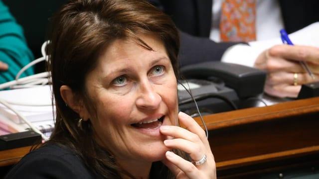 Jacqueline Galant im Parlament sitzend