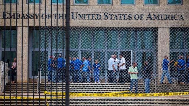 Das Personal der US-Botschaft in Havanna zwischen Gebäude und Gitterdraht.