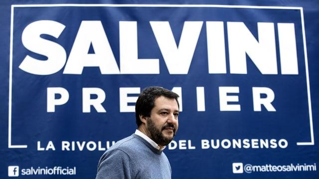 Salvini steht vor einem Transparent, auf dem steht: «Salvini – Premier. Die Revolution der Vernunft.»