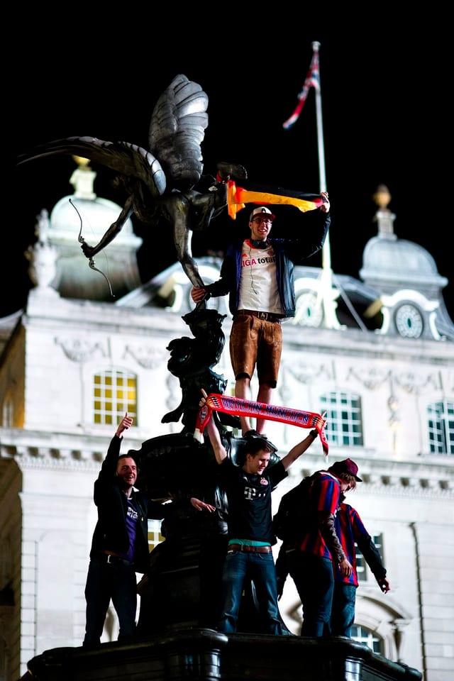 Die Münchner Fans haben den Shaftesbury-Memorial-Brunnen am Piccadilly Circus eingenommen.