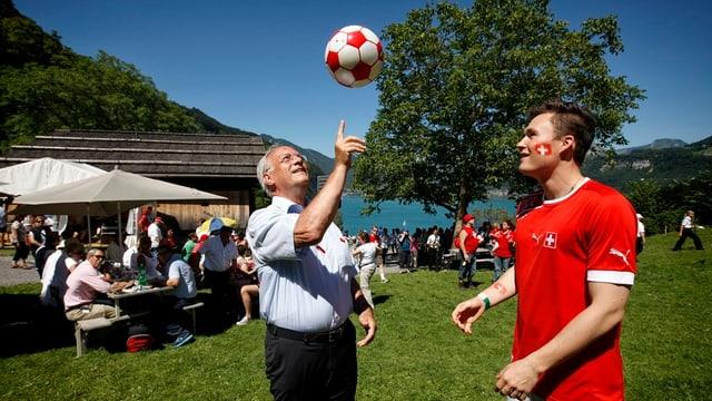 Bundesrat Johann Schneider Ammann mit Ball