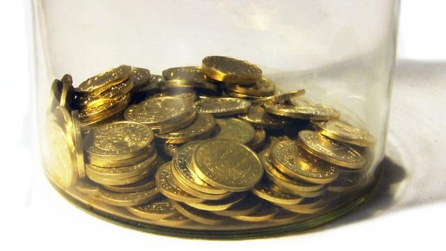 Glasgefäss mit Münzen