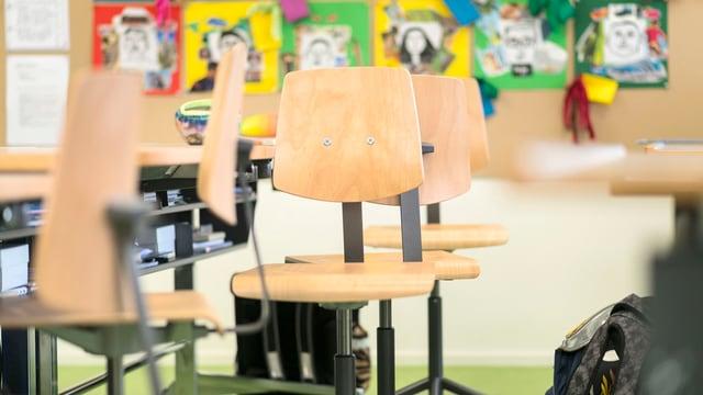 Leere Stühle in einem Primarschulzimmer