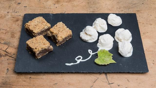 Dessertplatte mit Nussküchlein und Glace.