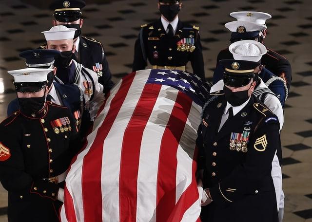 Militärs tragen einen Sarg, mit US-Flagge bedeckt.