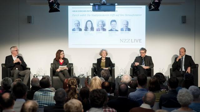Drei Politiker und zwei Journalisten auf einem Podium