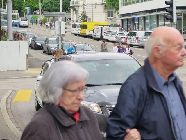 Ein Paar überquert die Strassen.