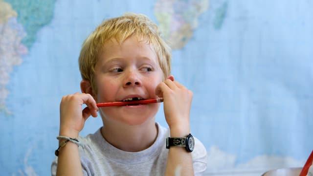 Schüler mit Bleistift im Mund