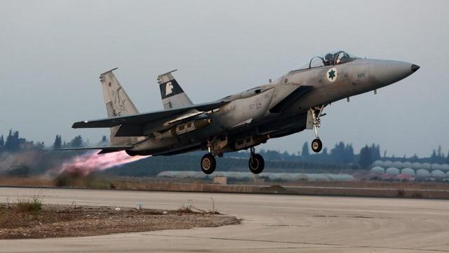 Ein Kampfjet beim Start.